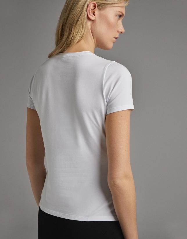 Camiseta blanca con logo RV rosa bordado