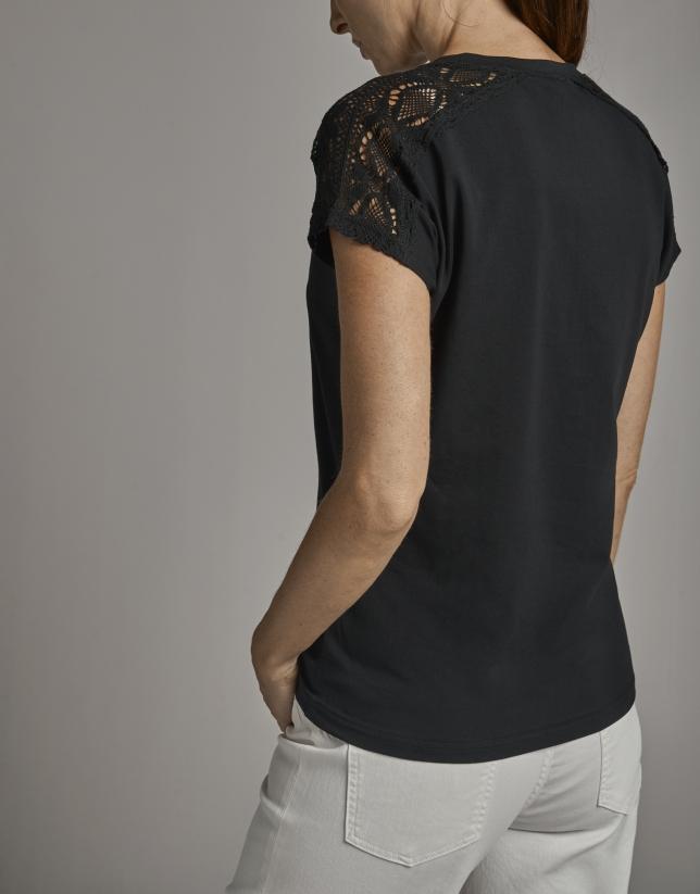 Camiseta manga corta negra con chantilly