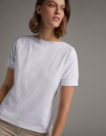 White top with puffed sleeves