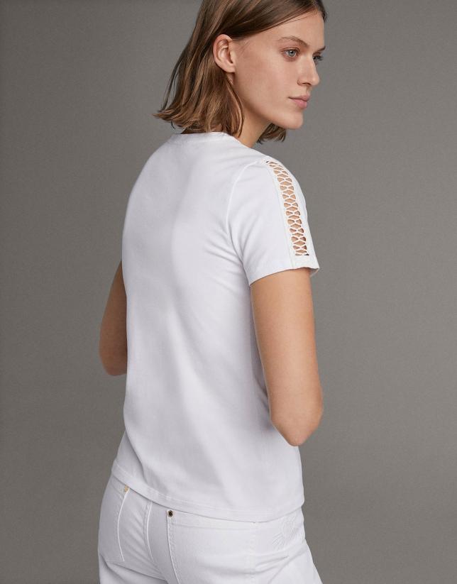 Camiseta blanca con puntilla en delantero y mangas
