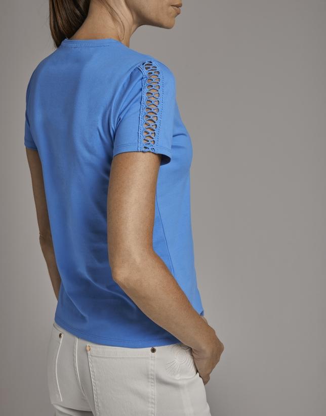 Camiseta azul con puntilla en delantero y mangas