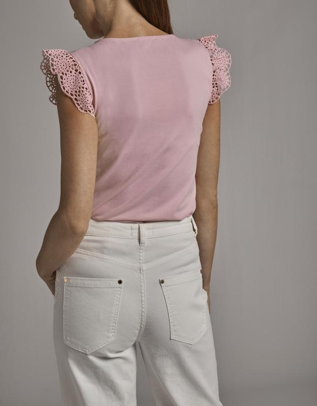 Camiseta rosa pastel con manga volante de puntilla