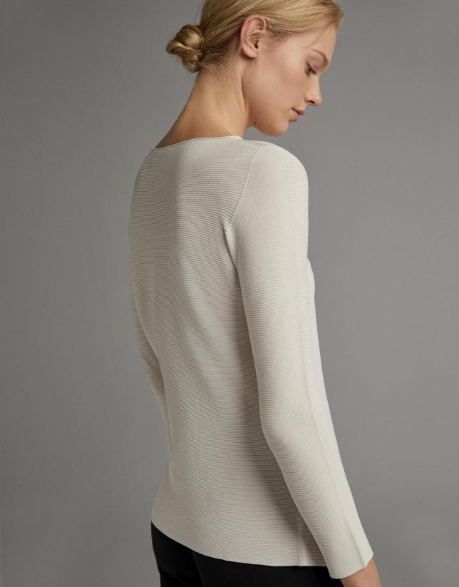 Jersey beige con abertura lateral y botón de nácar