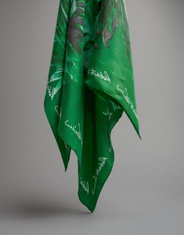 Foulard en soie vert imprimé de chrysanthèmes