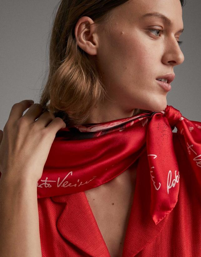 Foulard en soie rouge imprimé de chrysanthèmes