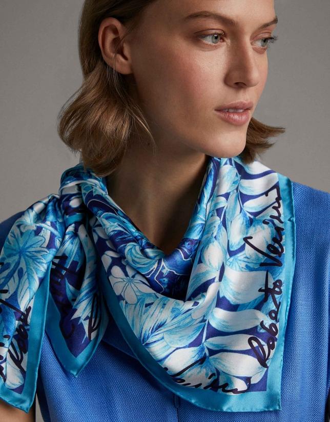 Foulard en soie bleu imprimé de fleurs bleues