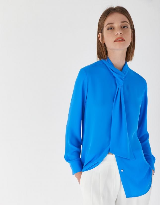Blusa cuello jabot azulón