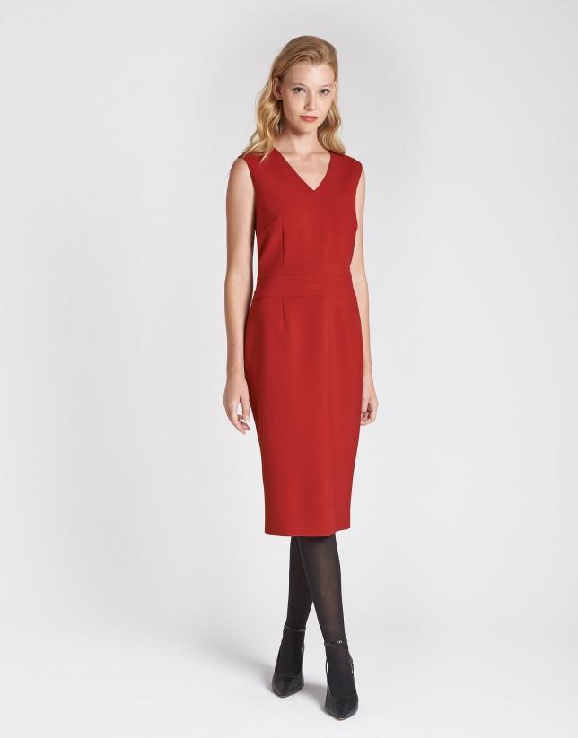 Vestido sin mangas y cuello pico rojo
