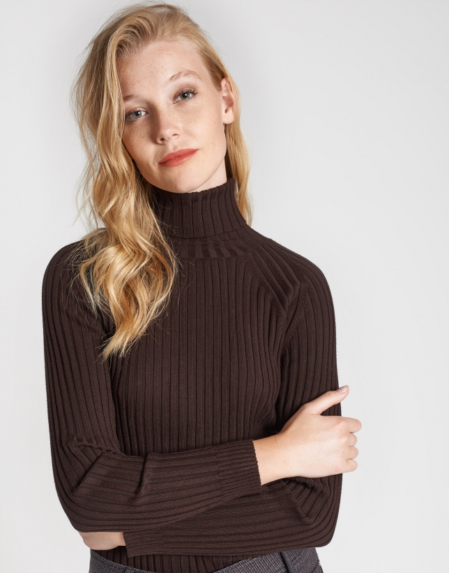 Brown sweater with ribbing