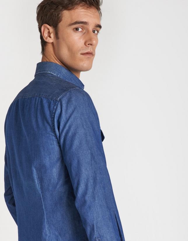 Camisa vaquera azul con bolsillos