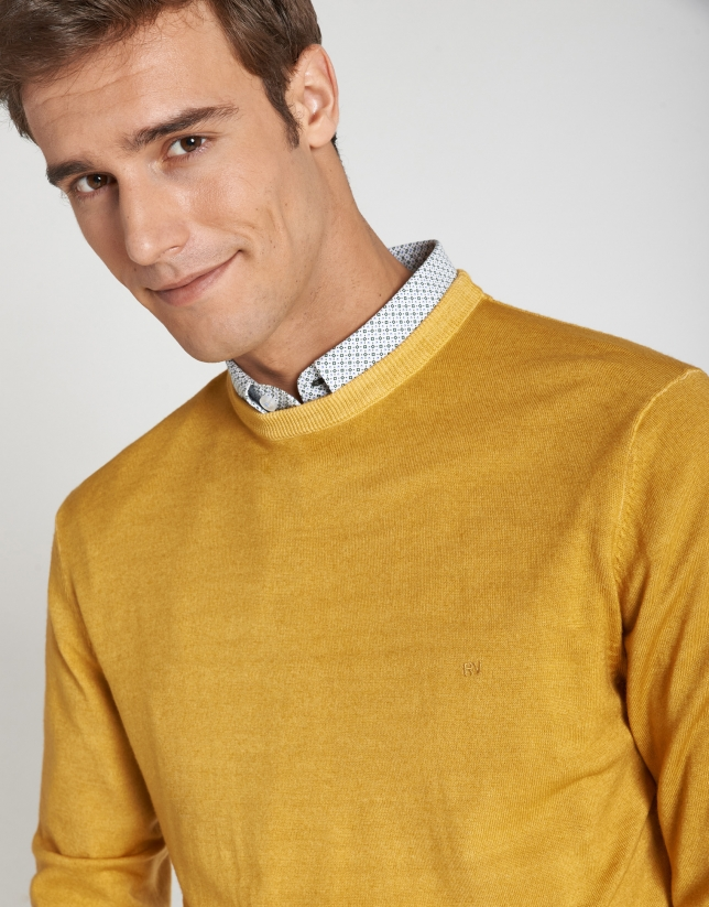 Dyed gold wool sweater with square collar