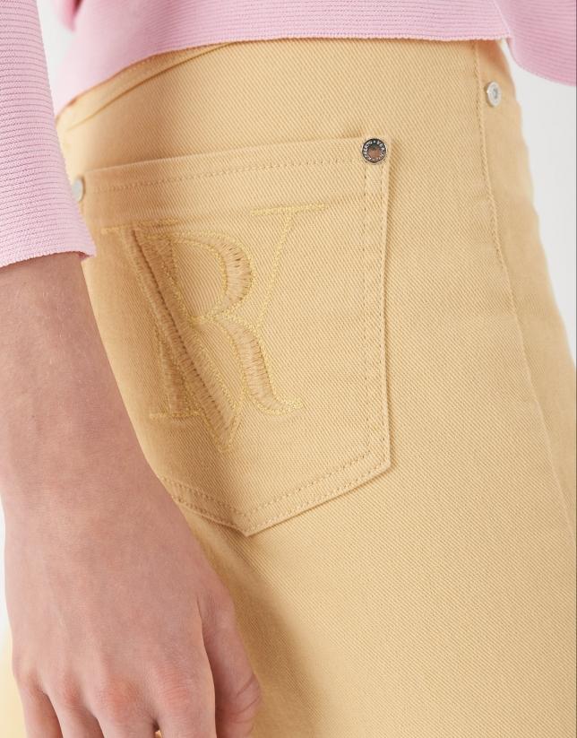 Pantalón bajo desflecado amarillo