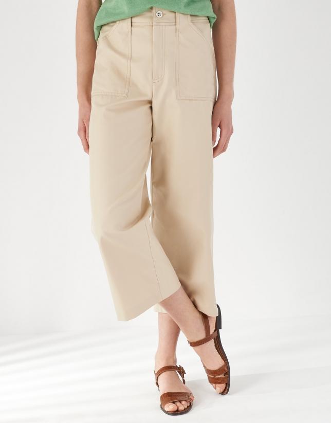Pantalón bolsillos plastrón arena
