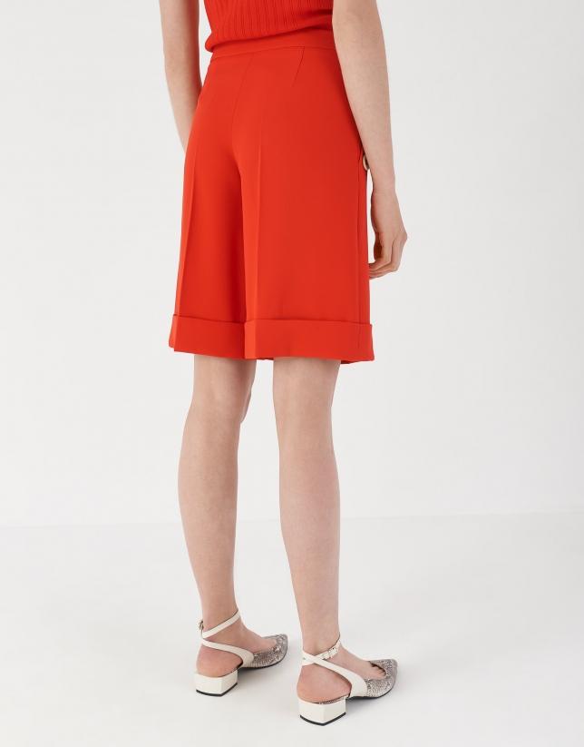 Pantalón corto rojo con botonadura decorativa