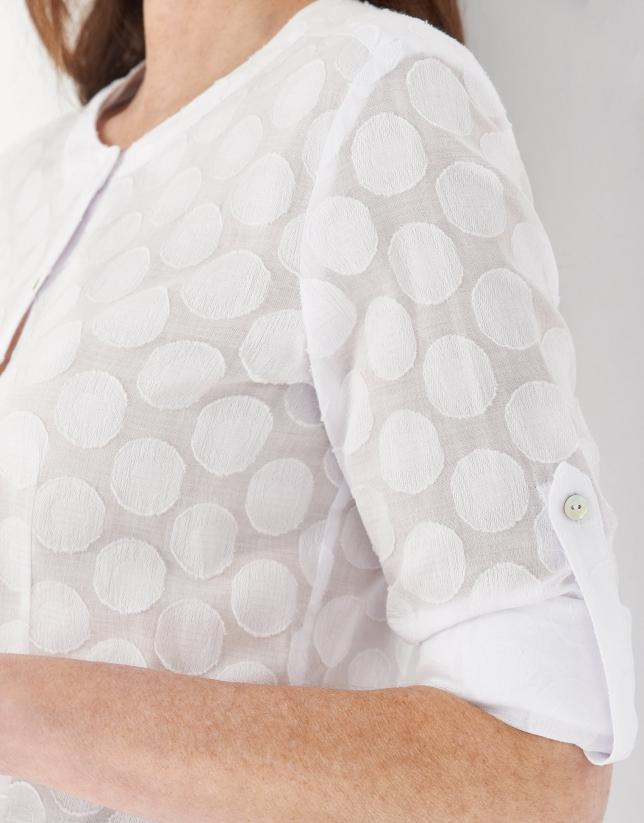 Camisa blanca cuello mao y círculos a tono