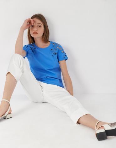 Camiseta azul encaje en hombros y escote