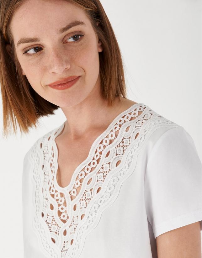 Camiseta blanca escote pico con encaje calado
