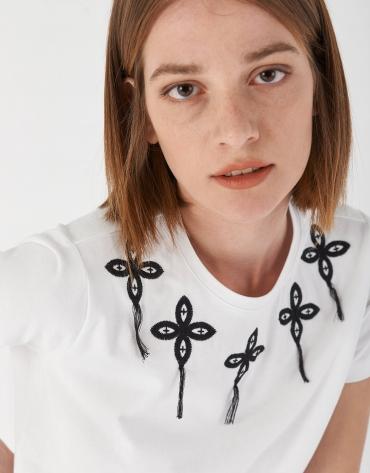 Camiseta blanca con aplicaciones bordadas en escote