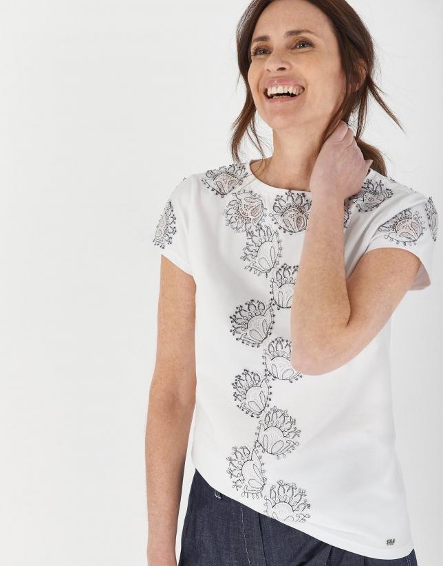 Camiseta blanca escote barco encaje flores