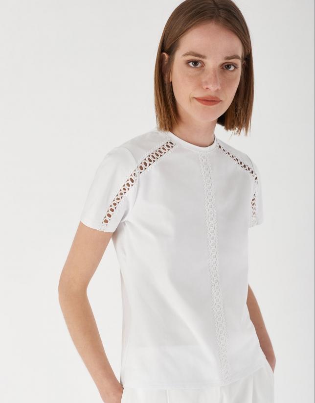 Camiseta blanca encaje calado en hombros