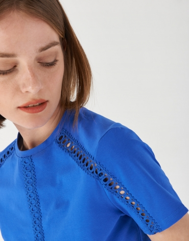 Camiseta azul encaje calado en hombros