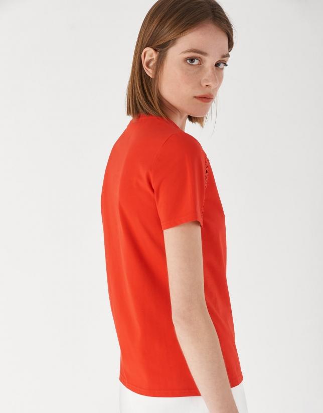 Camiseta roja encaje calado en hombros