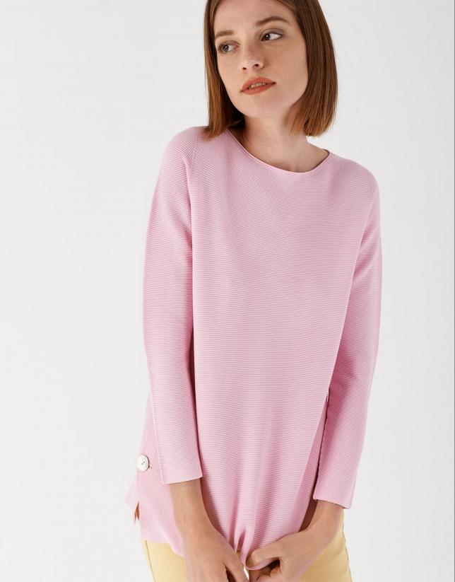 Jersey rosa con abertura lateral y botón de nácar