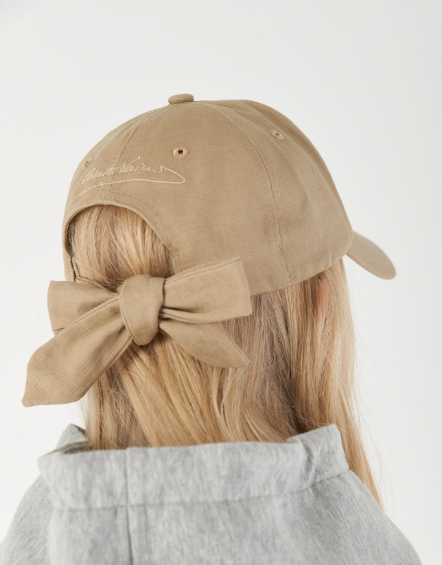 Beige baseball cap with bow in back