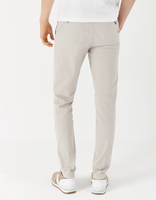 Pantalón chino tintado arena