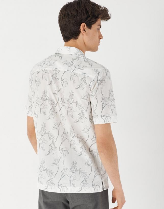 Camisa guayabera blanca estampado tropical gris