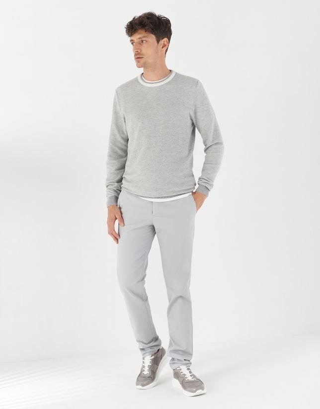 Jersey gris cuello contraste blanco