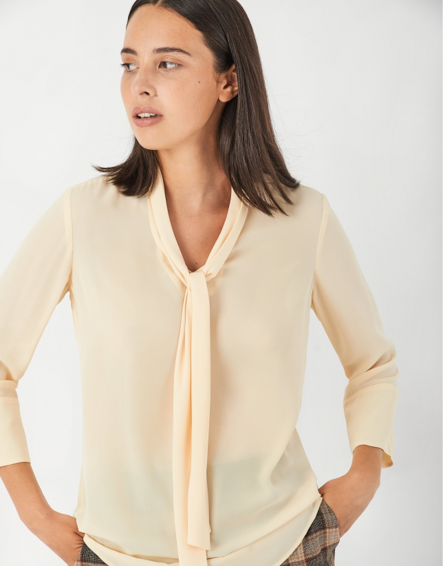 Vanilla blouse with French sleeves and bow at collar