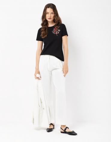 Camiseta negra bordado flor en pecho