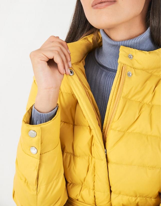 Plumífero corto amarillo