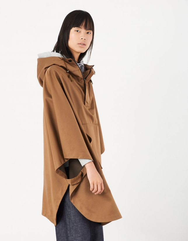 Poncho gabardina con capucha marrón