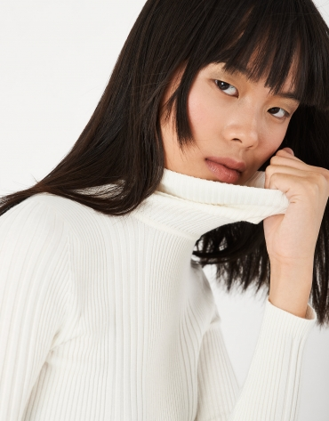 Off white sweater with turned back collar and ribbing