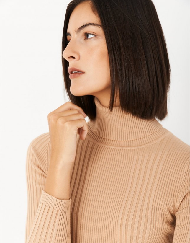 Sand-colored sweater with turned back collar and ribbing