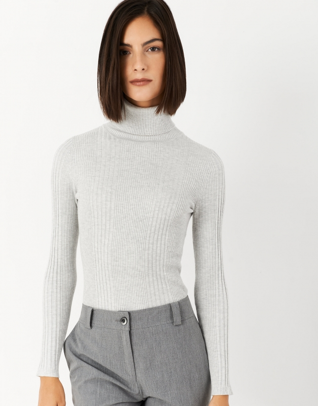 Gray sweater with turned back collar and ribbing