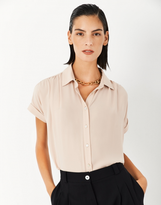 Camel blouse with gathering at the shoulders