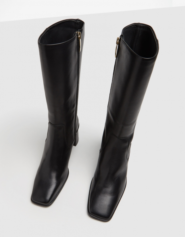 Black leather ankleboots with square toe